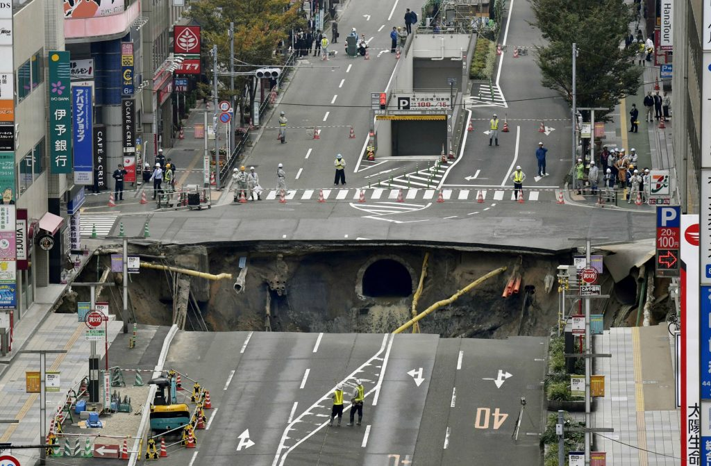 Japansk gade opslugt i kæmpe hul. (Foto: Polfoto)