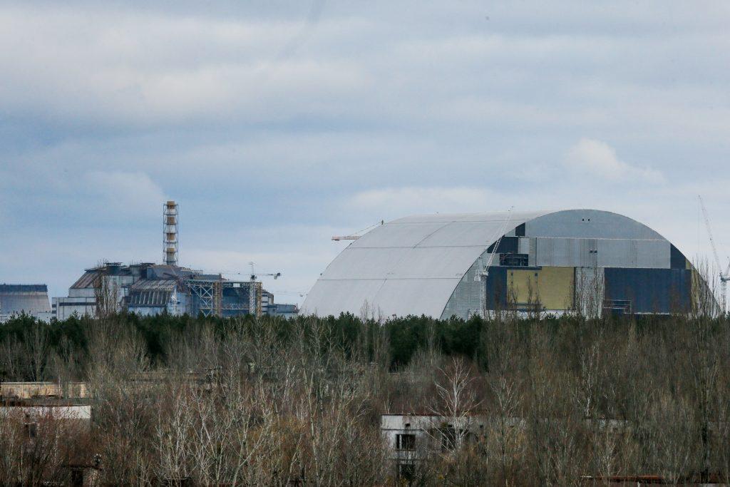 I horisonten til venstre er den gamle reaktor. Til højre står ståltaget, der er ved at blive bygget og skal lægges over reaktoren. (Foto: Polfoto)