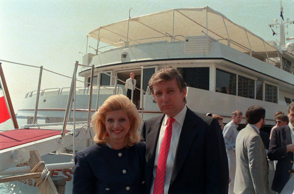 Donald Trump og hans første kone Ivana Trump foran deres kæmpe yacht The Trump Princess. (Foto: Polfoto)