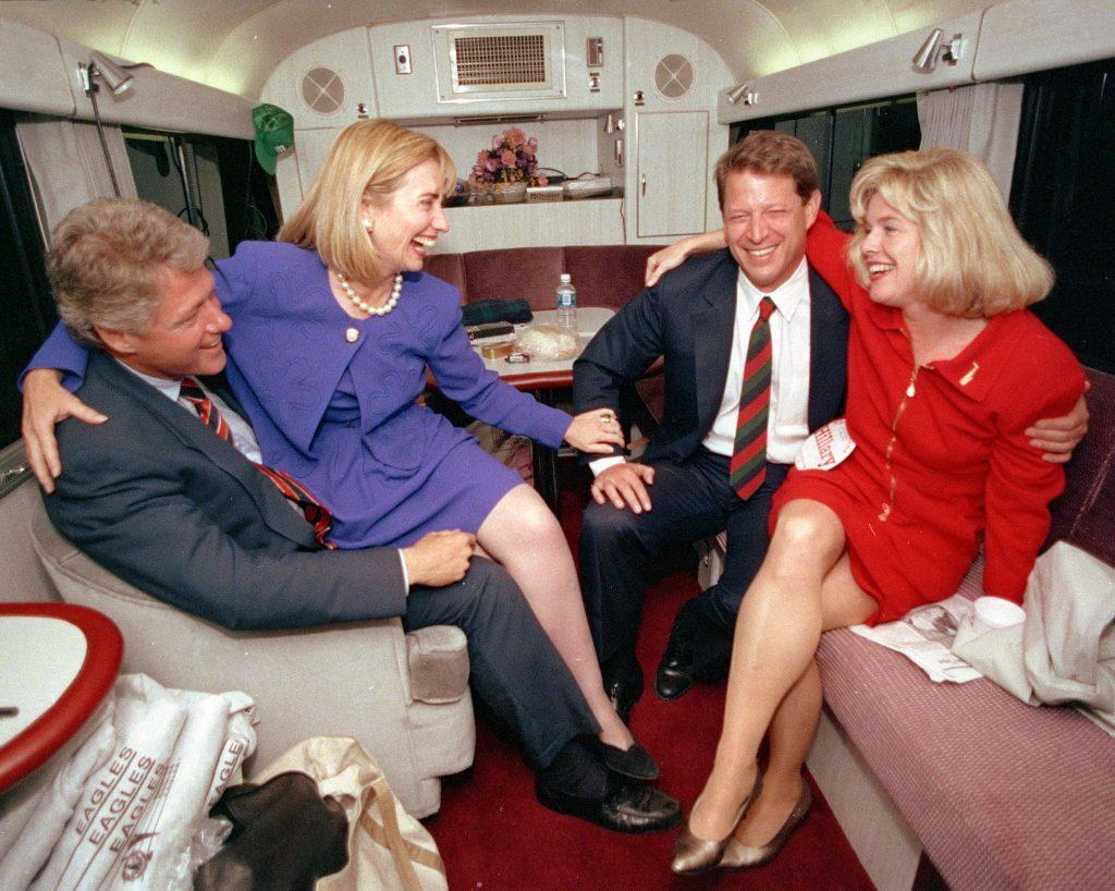 Bill og Hillary Clinton sidder og joker med vicepræsidentkandidaten Al Gore og hans kone Tipper. Foto: Polfoto)