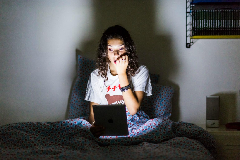 Pige ser netflix på sin computer (Foto: All Over)