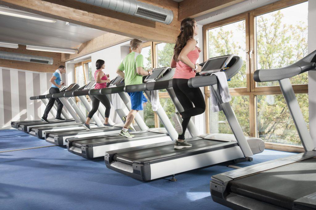 Folk løber på løbebånd i et fitnesscenter, hvor de træner (Foto: All Over)