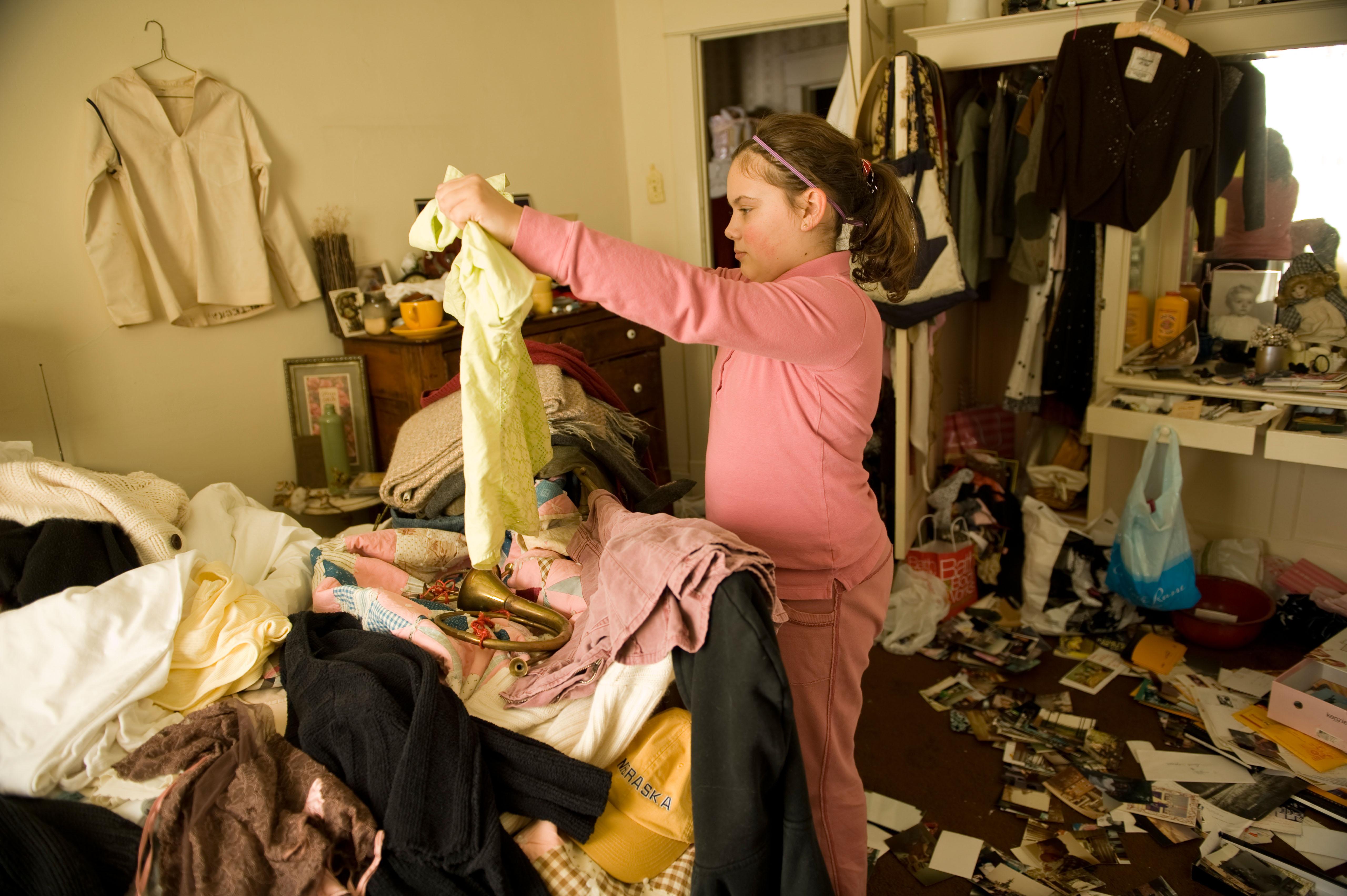 Pige rydder op i sit skab og sorterer sit tøj (Foto: All Over)