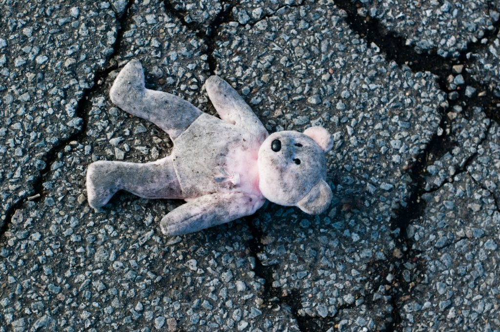 Pige med bamse fundet ved motorvej
