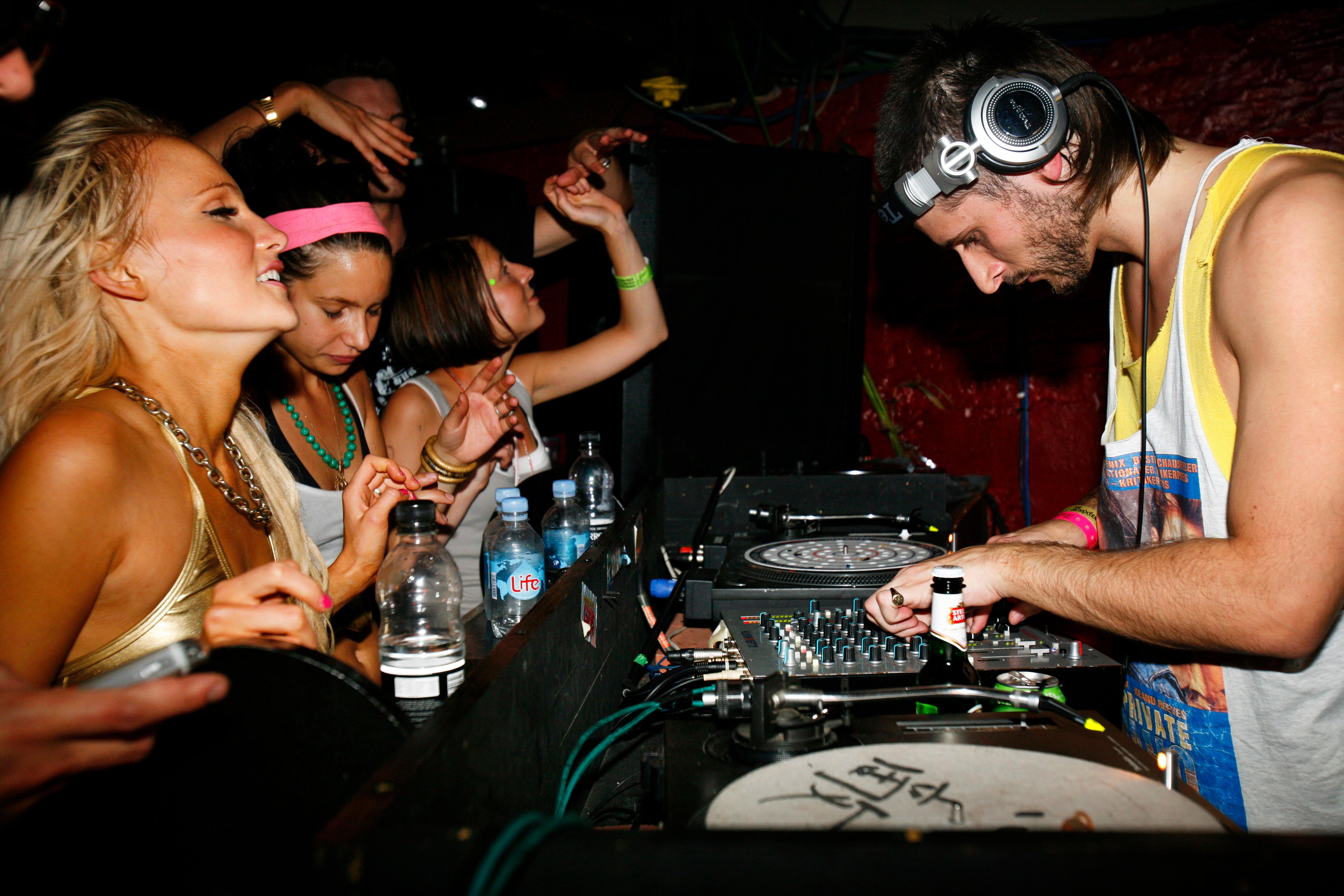 Pige danser ved DJ-pult til en fest (Foto: All Over)