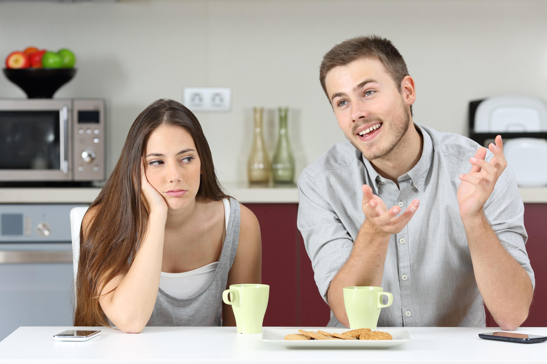 Pige keder sig mens kæresten snakker alt for meget (Foto: All Over)
