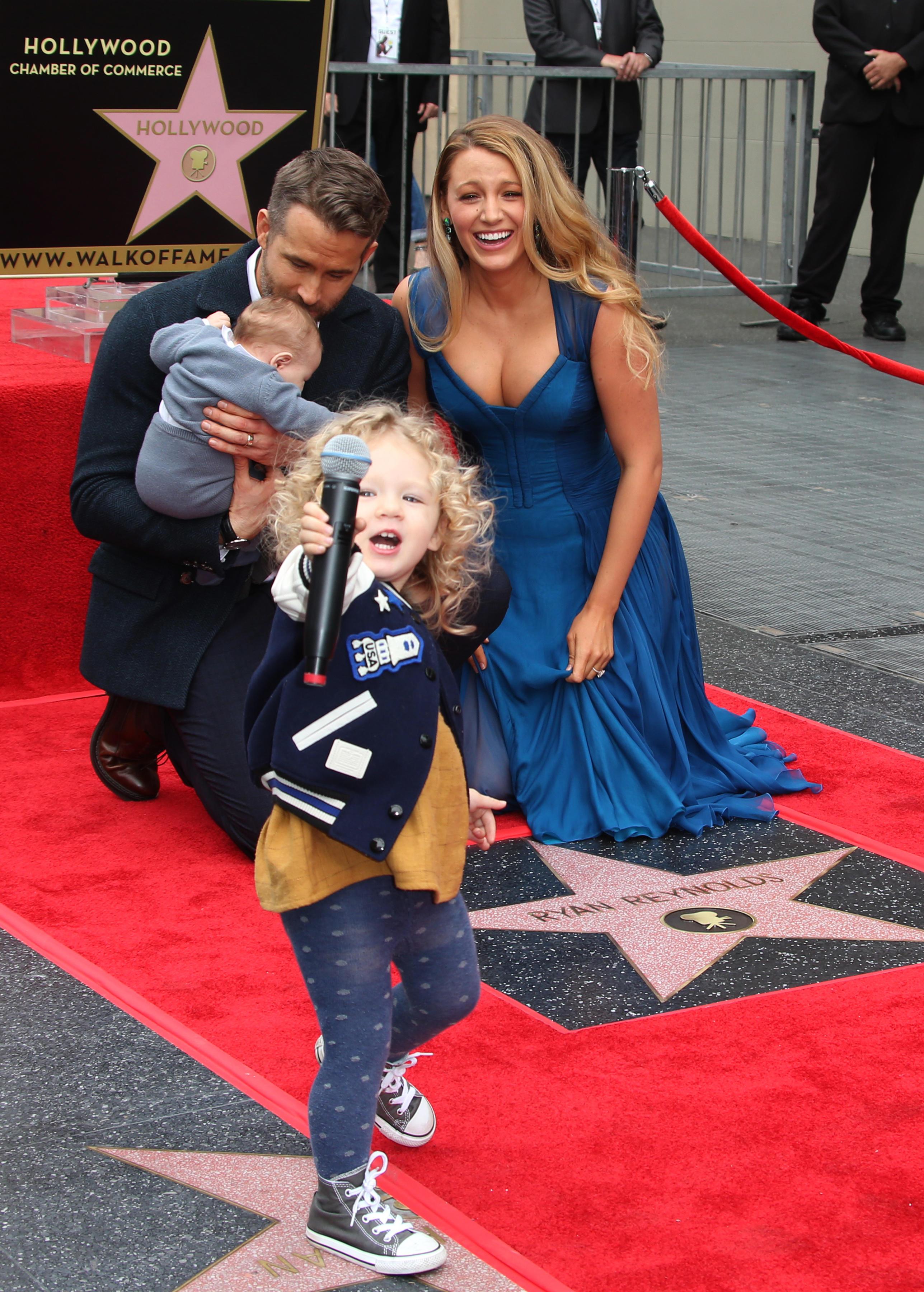 Det skønne Hollywood-par: Ryan Reynolds og Blake Lively med deres to børn ved Walk of Fame i Hollywood (Foto: All Over)