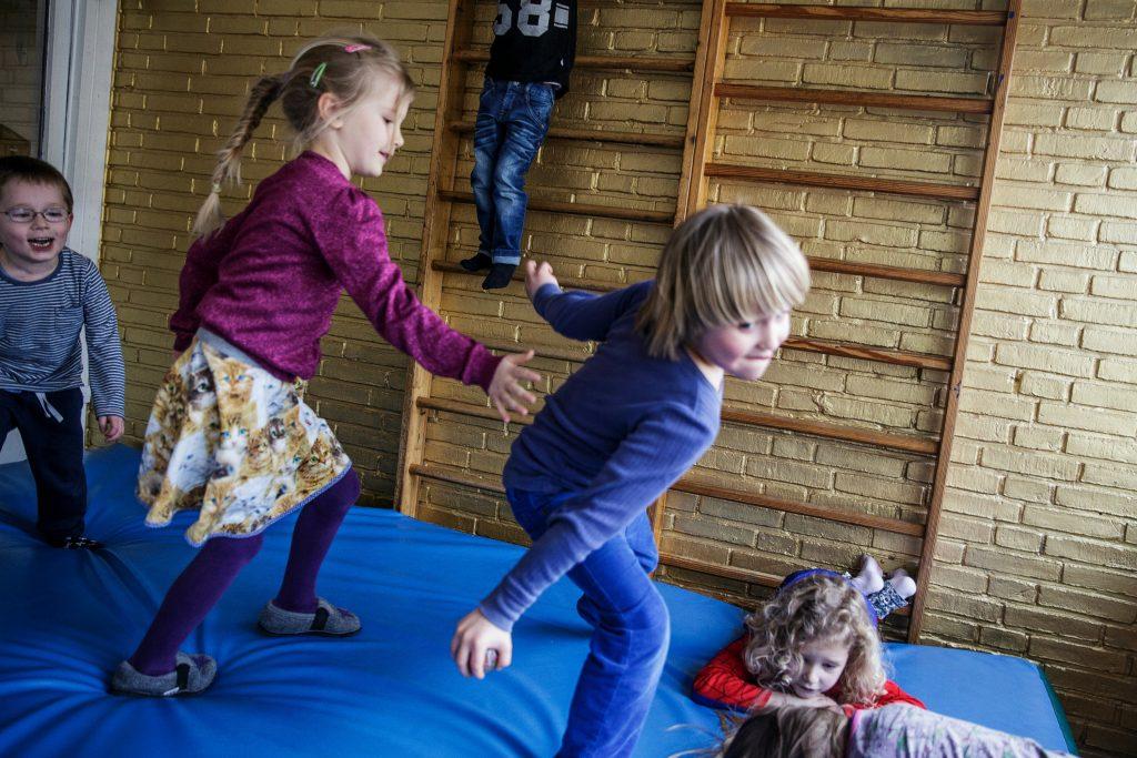 Hvorfor lave flere børn, hvis vi ikke har hænder og tid nok til at tage os af dem. (Foto: Polfoto)