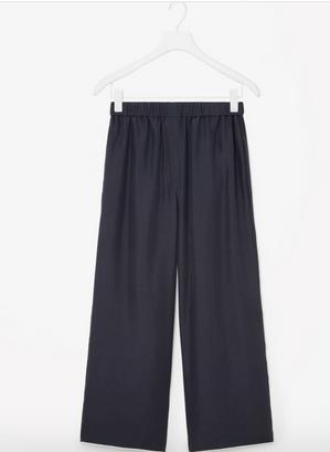 Silke pyjamasbukser med hvid kant, 750 kr., Cos.