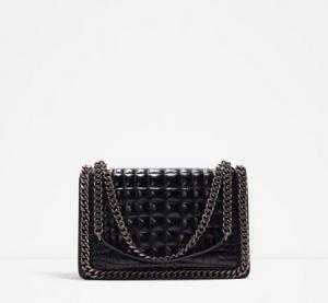 Sort cross-body taske med tyk kæde, 899 kr., Zara.