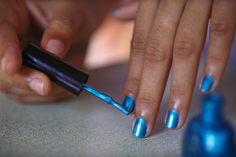 Blå neglelak bliver lagt på venstre hånd (Foto: All Over)