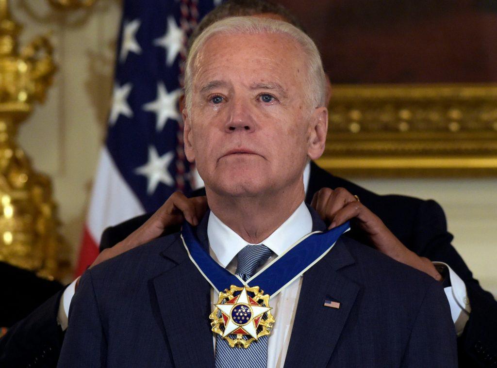 Rørt Joe Biden modtager hæderspris