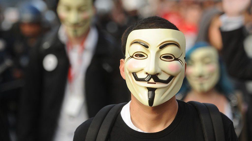 Anonymous bærer denne maske, når de en sjælden gang bevæger sig udenfor. (Foto: Netflix)
