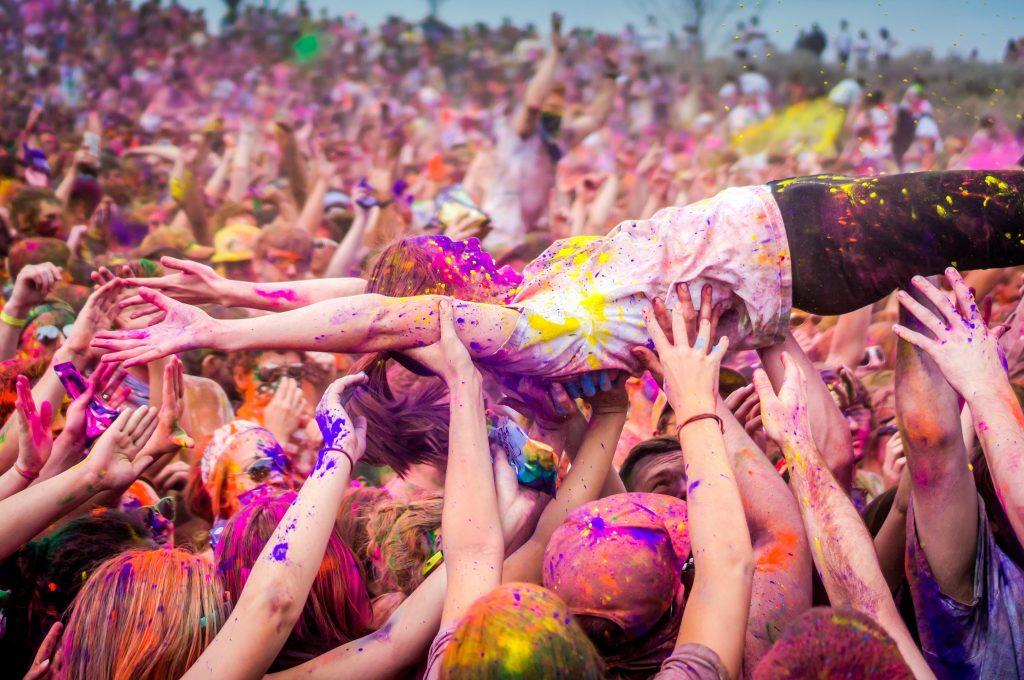 Vi skal crowdsurfe, det er da det, vi skal! (Foto: All Over)