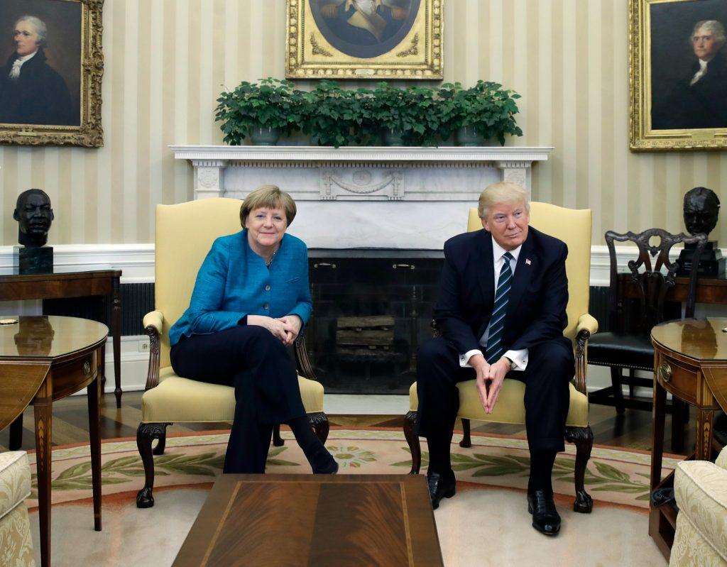 angela merkel, donald trump, politik, udland, møde, håndtryk, akavet, diplomati