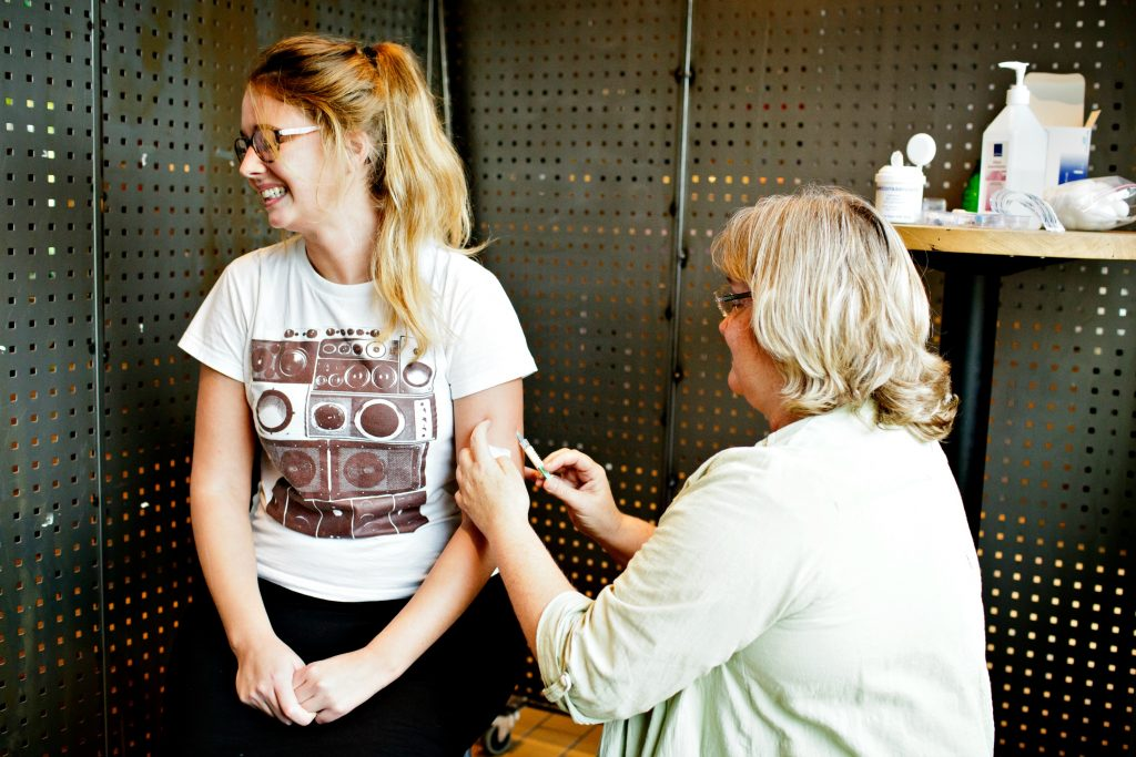 vaccine, vaccination, vaccinationer, sygdom, mæslinger, hpv, børnesygdomme, smittefare, smitte, børn, voksne, sundhed, samfundet, vaccinenægtere, antivaccine, vaccinemodstand, vaccinestøtter, egoisme, sundhed, kroppen, forældre, børn, piger, forskning, forskere, medicin, danmark, who, flok, flok-immunitet, hpv-vaccine