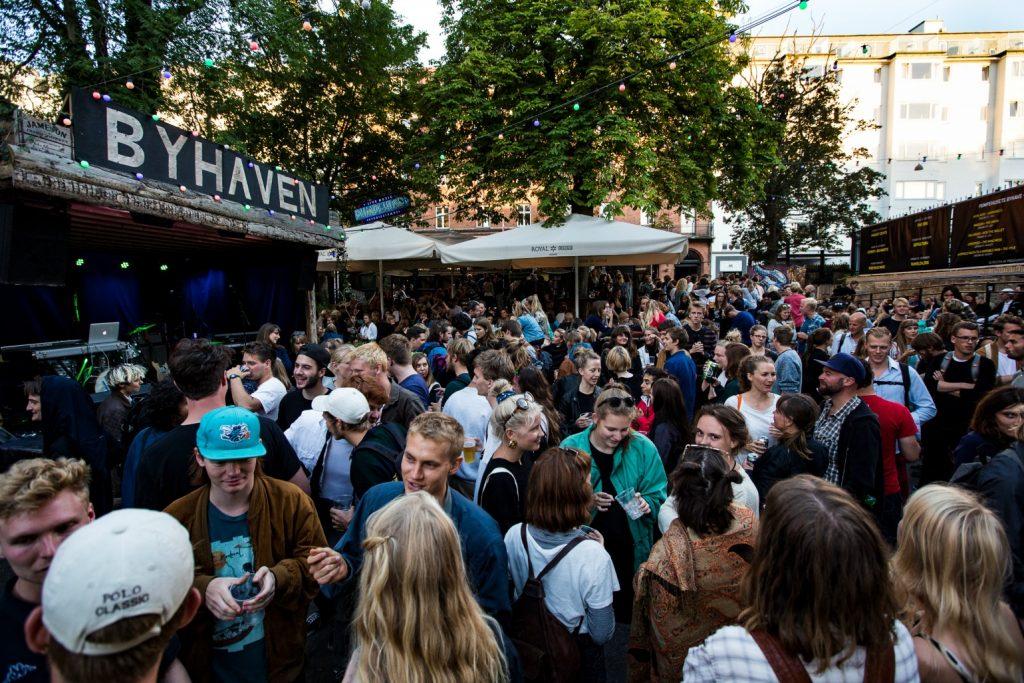 Pumpehusets udendørsscene Byhaven er pakket med publikum under en af spillestedets mange udendørs koncerter.