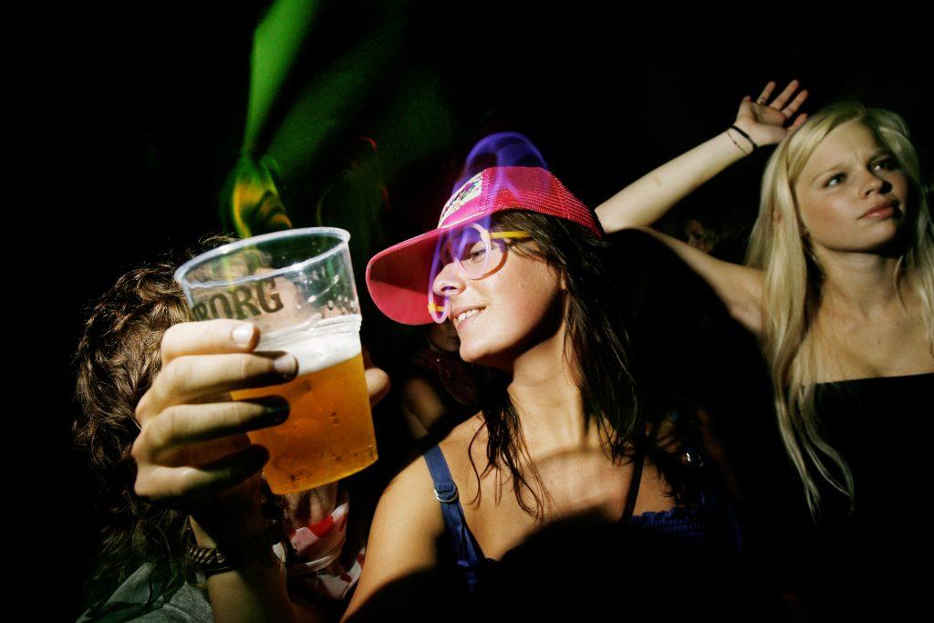 aarhus festuge, ridehuset, aarhus, århus, øl, plastikglas, fest, koncert, festival, pink kasket