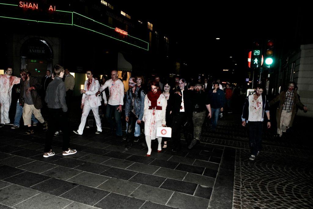 Zombie-pubcrawl i Københavns indre by. Over 300 havde tilmeldt sig begivenheden, der stammer fra Canada.