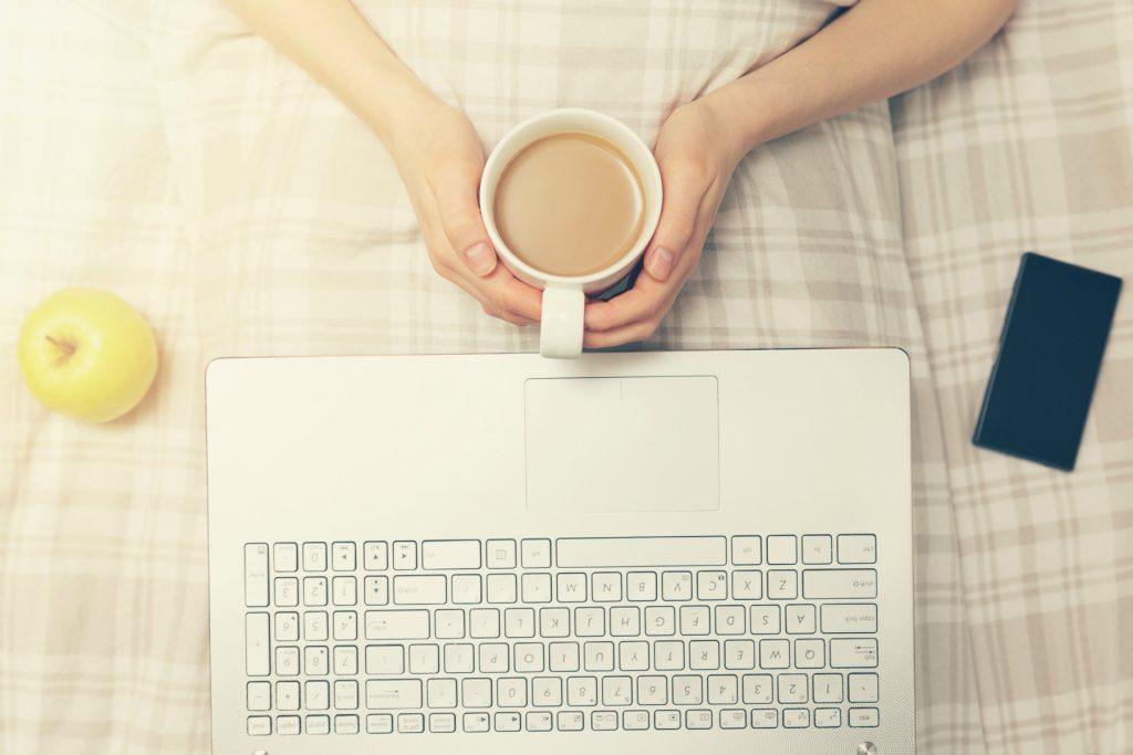 hygiejne, tastatur, kaffe, kaffekop, seng, æble, bærbar, rengøring