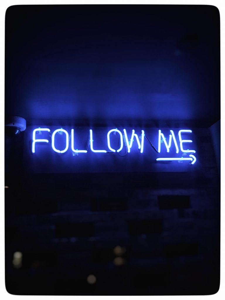 blåt neonskilt, follow me, følg mig, følgere, followers, sociale medier, twitter, instagram
