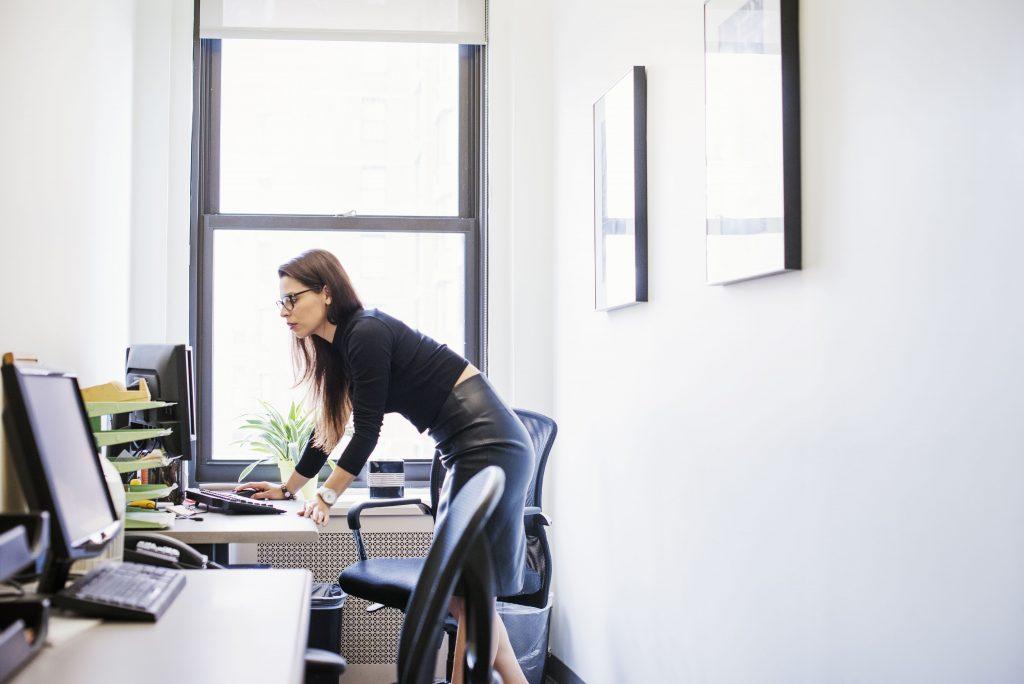 røv, bagdel, kontor, kontorstol, numse, kontorstolsrøv, office ass, office chair ass, gluteus maximums, balle, baller, ballemuskler, holdning, rygsøjle, stå, gå, motion, sundhed, kroppen, kvindekroppen, træning, squat, bevæg