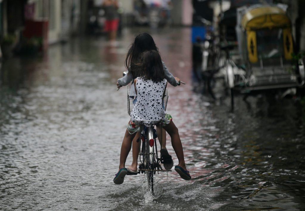 manila, filippinerne, overvsømmelser, cykel, regn, gorip, natur, miljø, klima, naturfænomener,