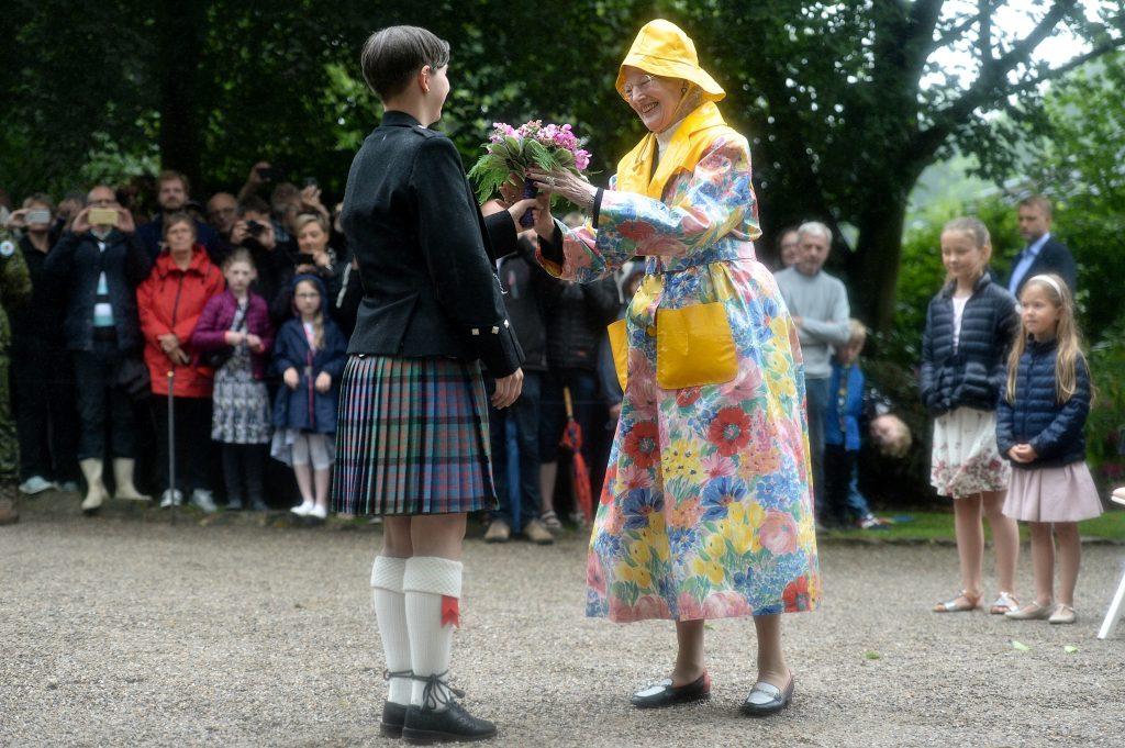 dronningen, dronning margrethe, design, mode, fashion, regntøj, farverigt, farver, voksdug, kreativ, regnfrakke, modesans, design, sydvest