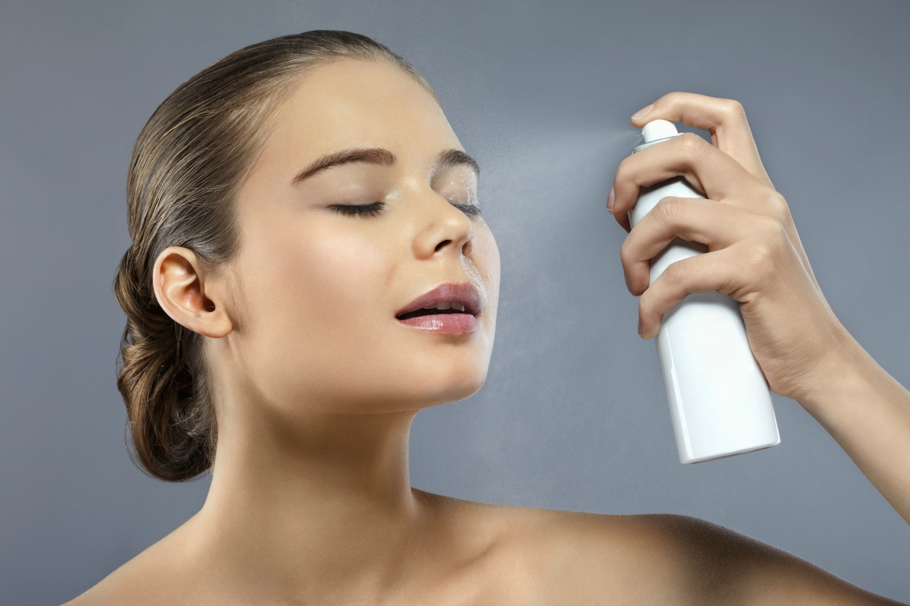 settingspray, spray, ansigt, face, young woman, ung kvinde, makeup, holdbar