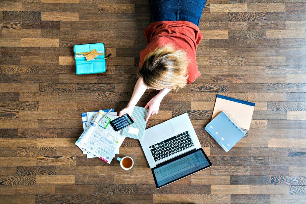 app, computer, bærbar, gulv, arbejde, spar penge, opsparing, regnskab, kaffe, opgave, lektier, smartphone, iphone