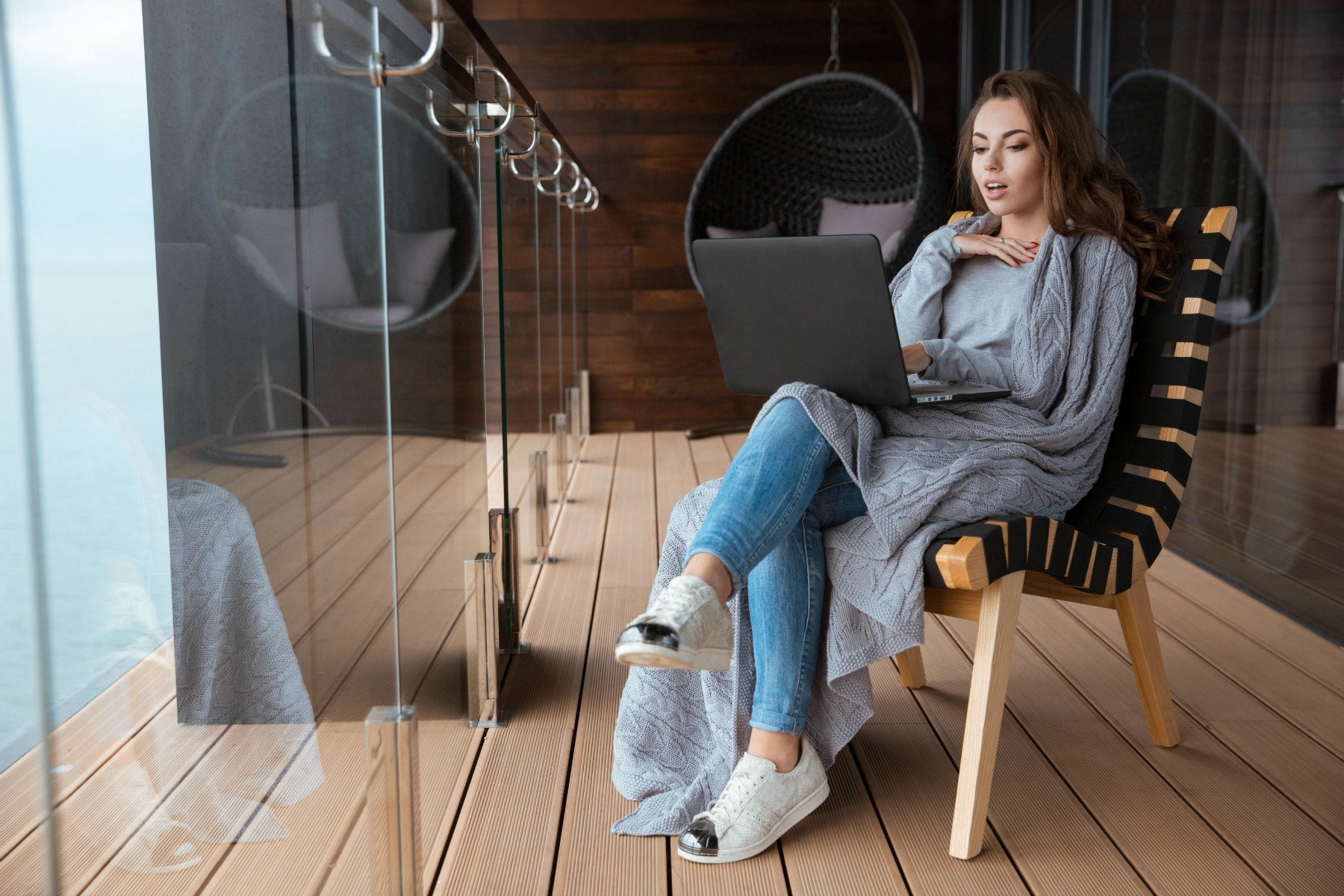 bærbar computer, kvinde, jobsøgning, jobcenter, ansøgning, anden aktør, historier, oplevelser, sidder, stol, lænestol