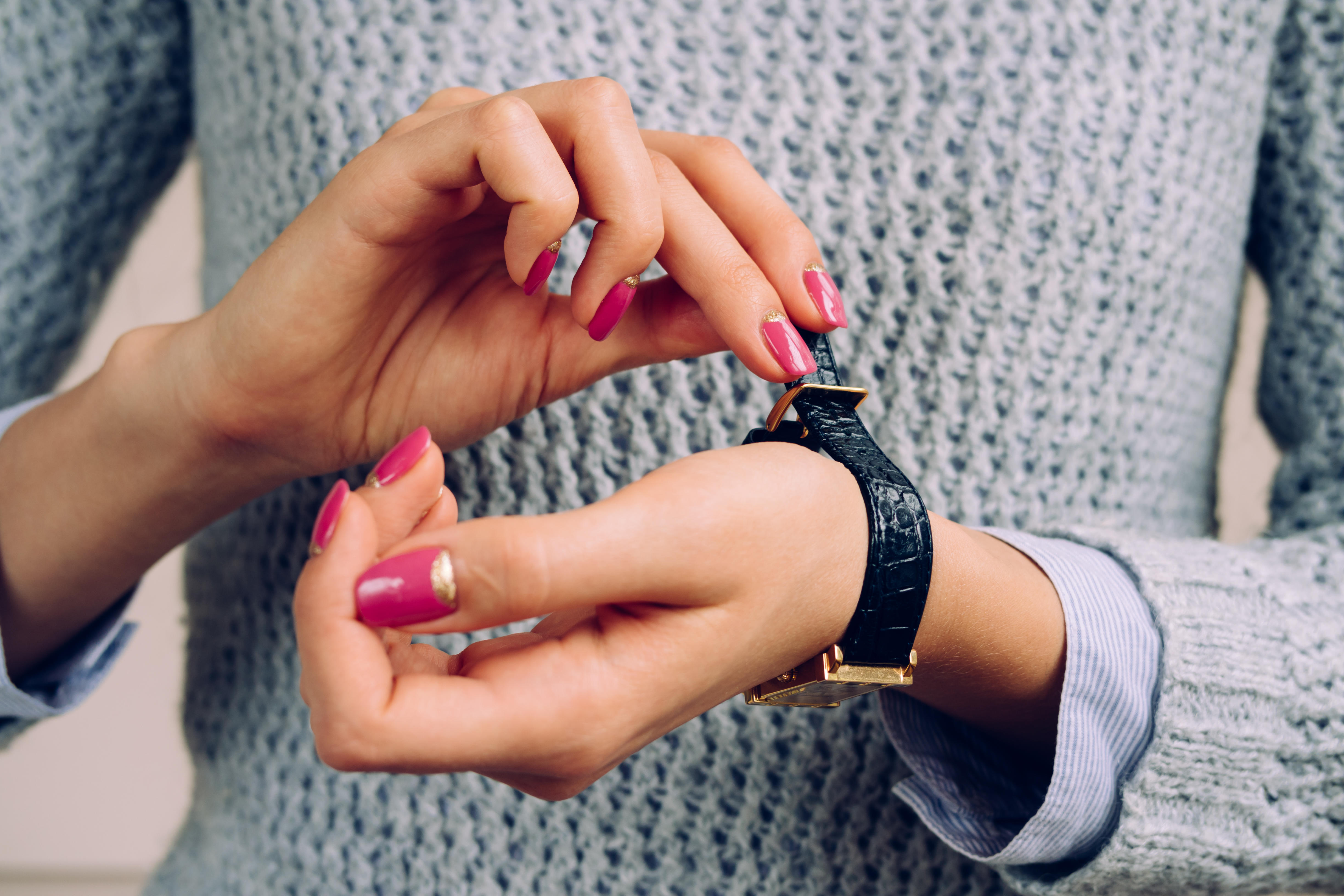 ur, urrem, armbåndsur, kvinde, manicure, neglelak, fingre, hænder