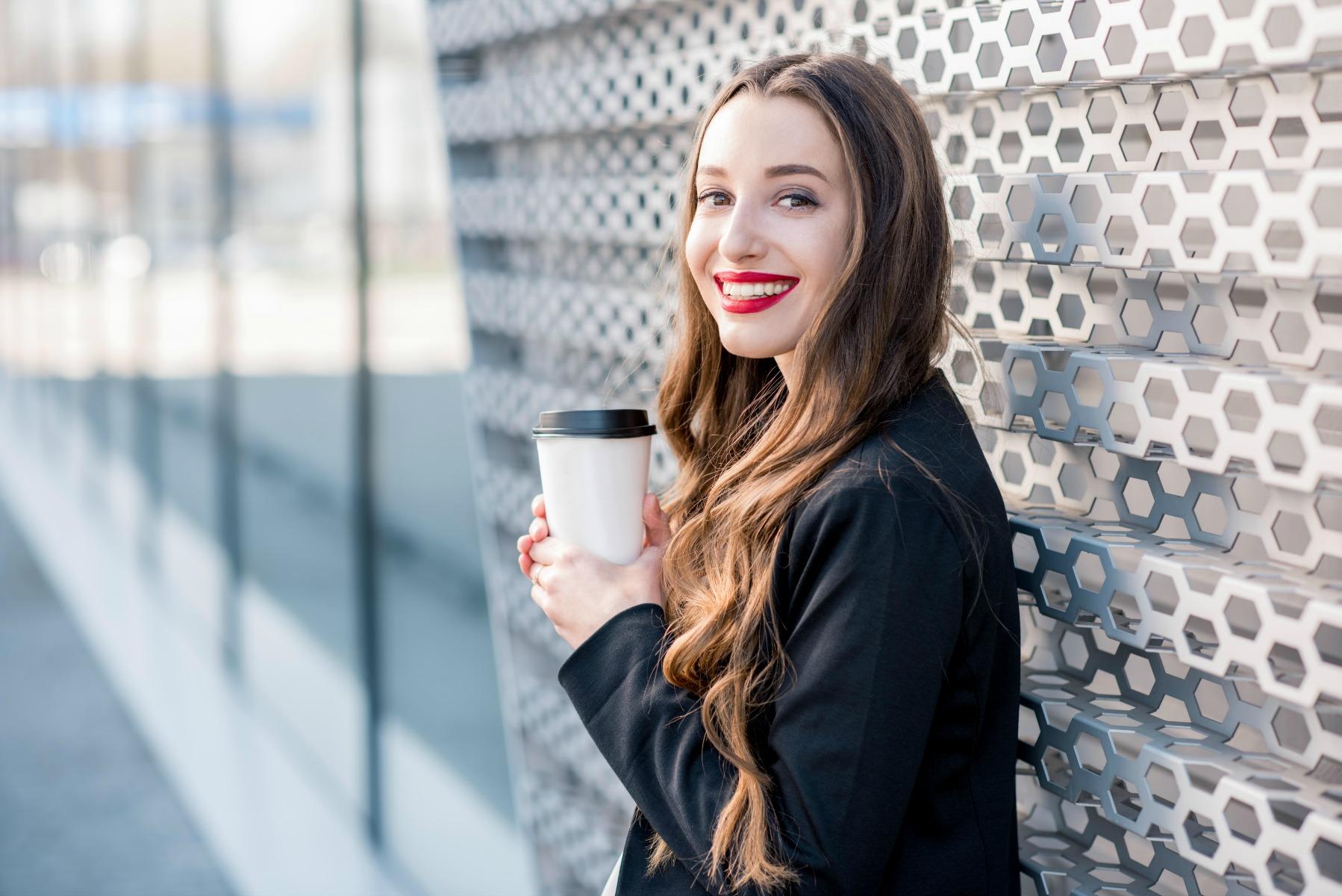 kaffe to go, henter kaffe, ung kvinde, kaffe, papkrus, udenfor, gaden, udendørs