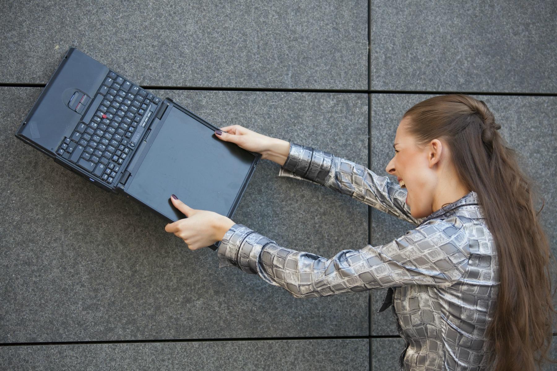 kvinde smadrer computer, bærbar, vred, gal, langsom computer