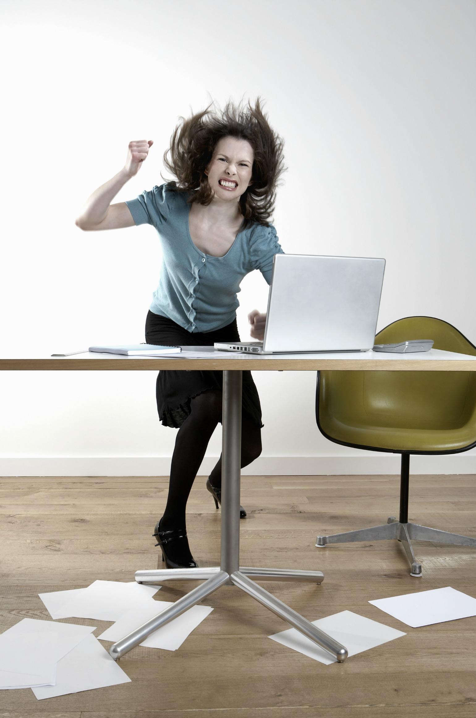 kvinde, vred, computer, kontor, smadrer, banker, sur, gal, skrivebord, langsom computer