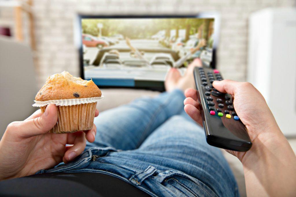 tv, fjernbetjening, snacks, spar penge, muffin, tv, fjernsyn, kvinde, hygge, synde