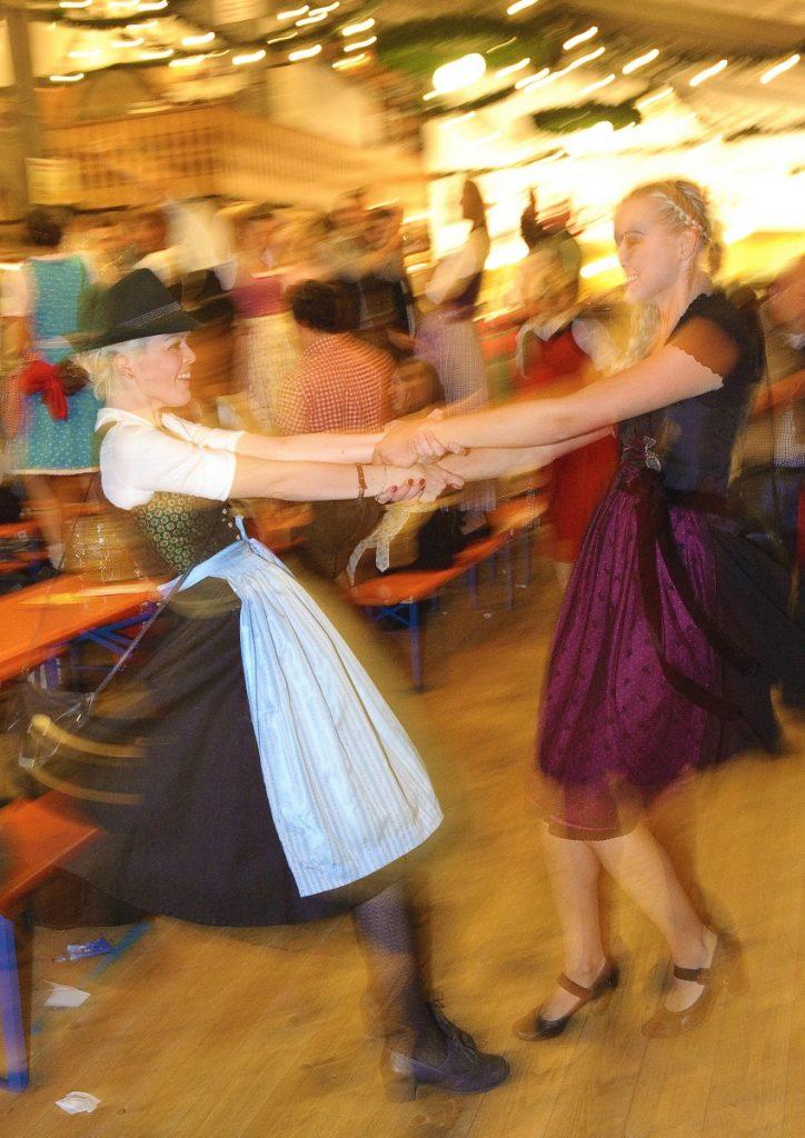 to dansende piger til oktoberfest