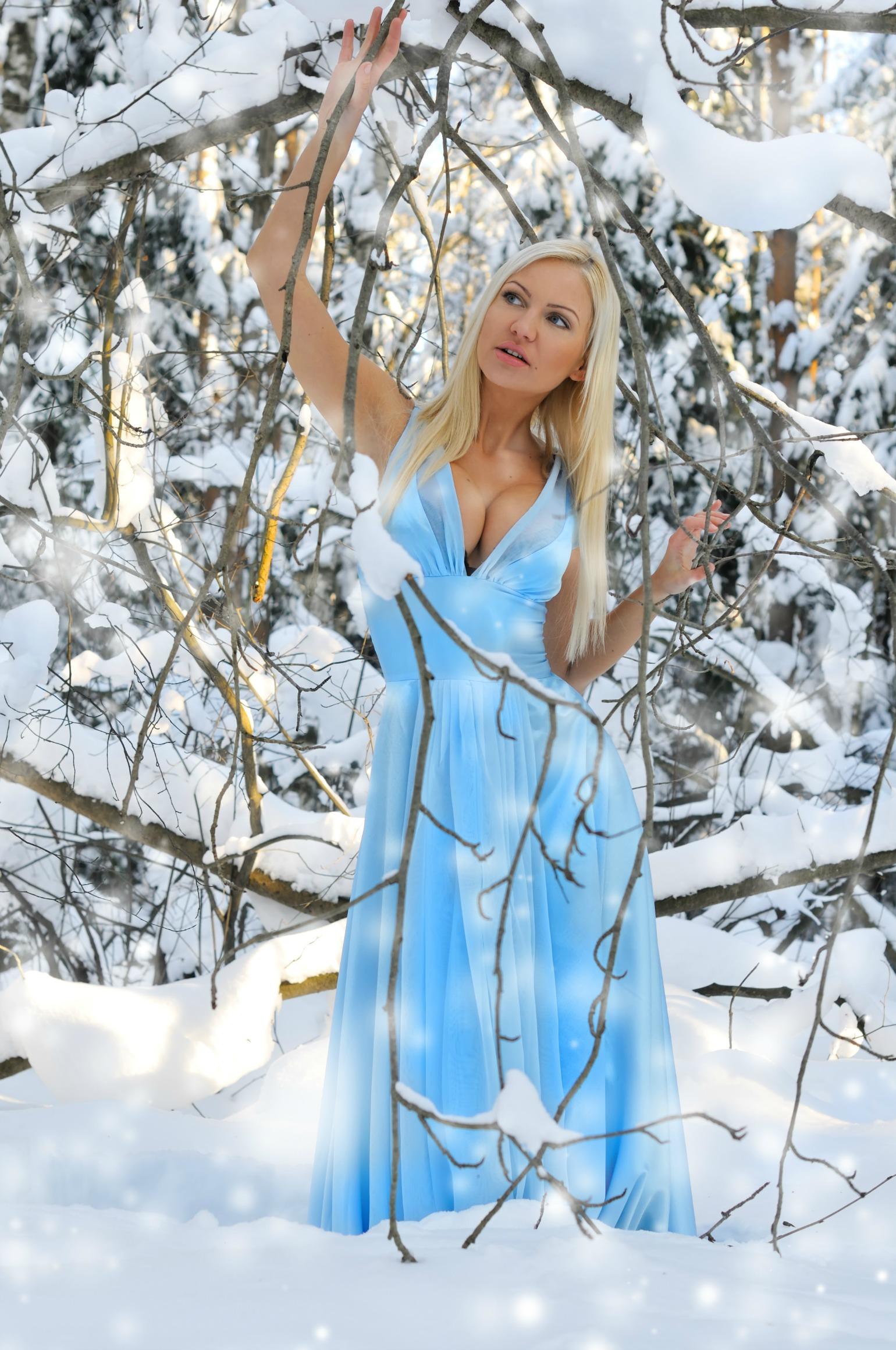 lyseblå kjole, sommerkjole, kort kjole, vinter, sne, photoshoot, model, kikset, koldt, frozenªç