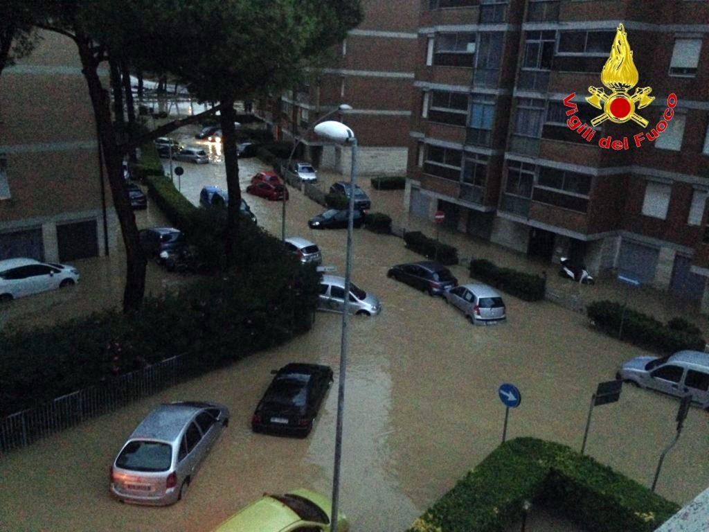 livorno, italien, regn, regnskyld, oversvømmelse, omkomne, væltet, træer, huse, vand,