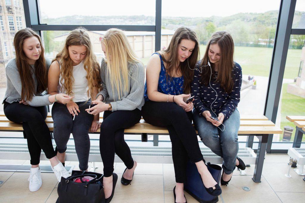 piger, pige, læse, bøger, smartphones, sociale medier, læsning, læring, veninder, evner, intelligens, sociale medier, facebook, instagram
