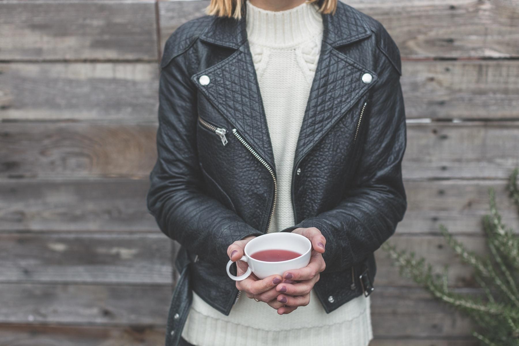 læderjakke, efterår, kvinde, kop, tekop, turtleneck, højhalset sweater, strik, Typen, der lige stiller sig udenfor for at tage et billede af sin detox-te. Bare stop. (Foto: Pexels)