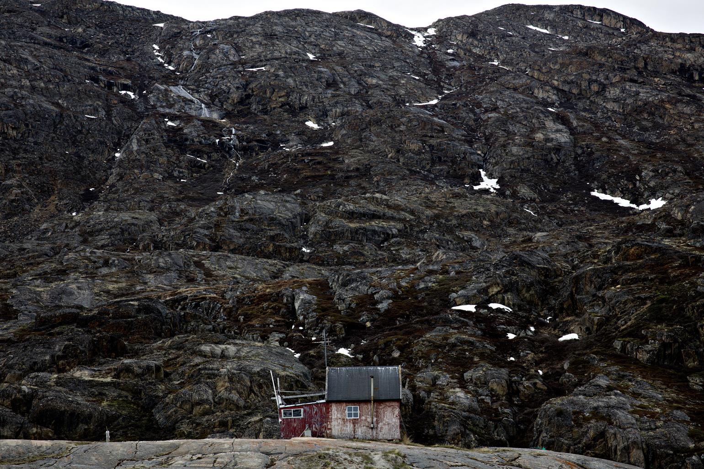 forladte steder 2015: Forladt hus på forladt ø, lidt uden for Sisimiut i Grønland. Fotografen var af sted for Politiken for at finde to kasser mikrofilm, som den danske stat skjulte her i 1952. (Foto: /ritzau/)