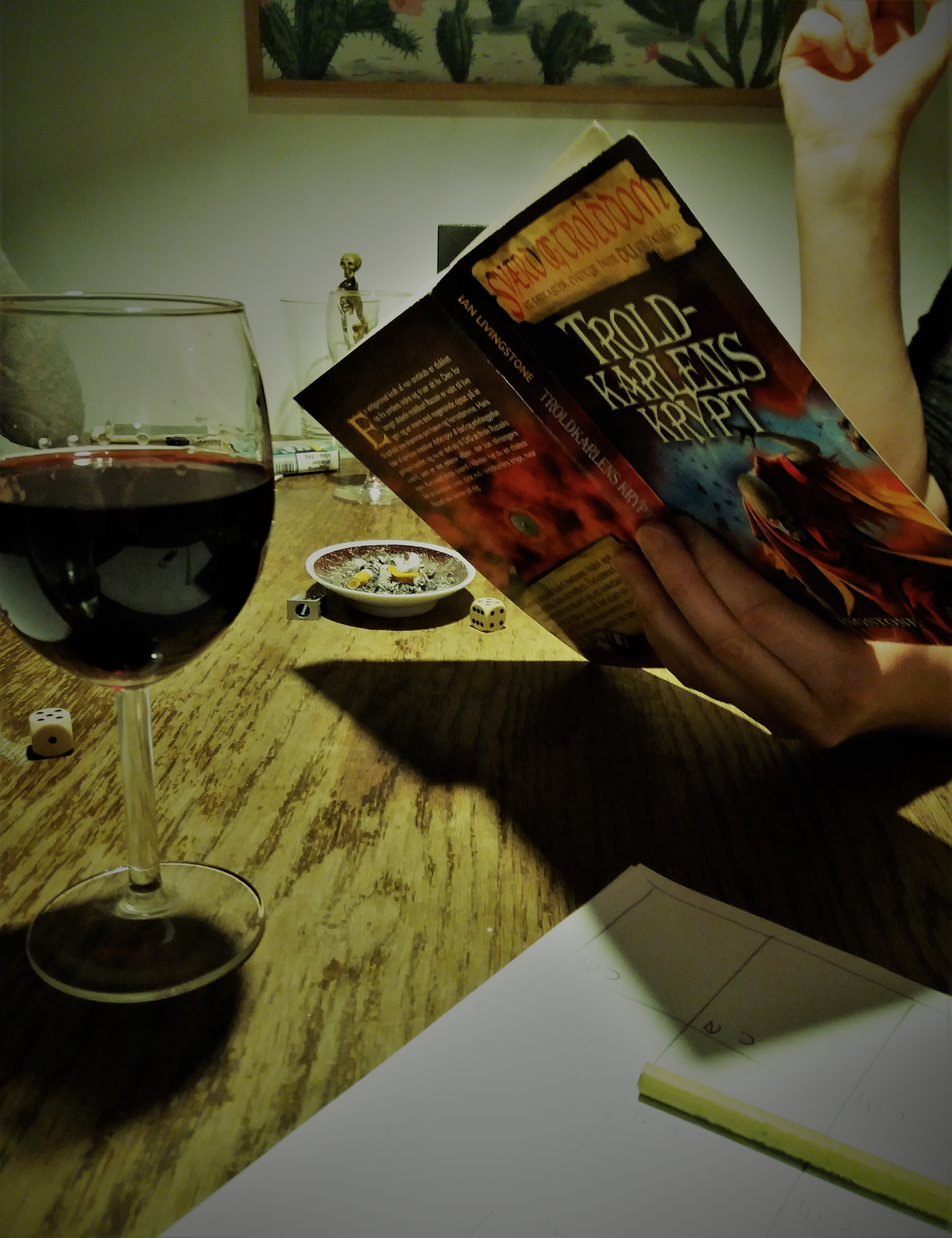 """halloweenbøger. Der er lagt op til en hyggelig aften med venner, når der kæmpes i """"Sværd og Trolddom""""-bøgerne"""