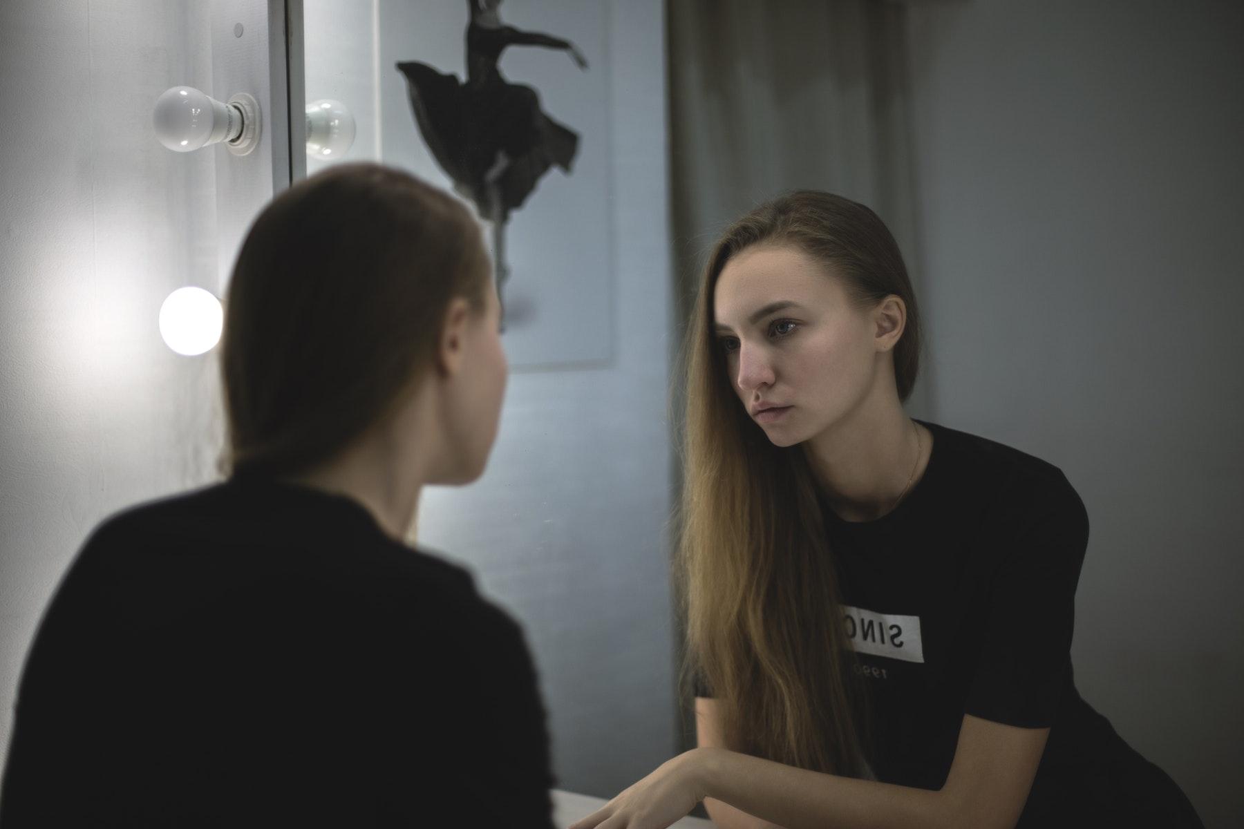 dårlig selvtillid, mindreværd, usikkerhed, ungdom, livet, kvinde, mobilspil, covet fashion
