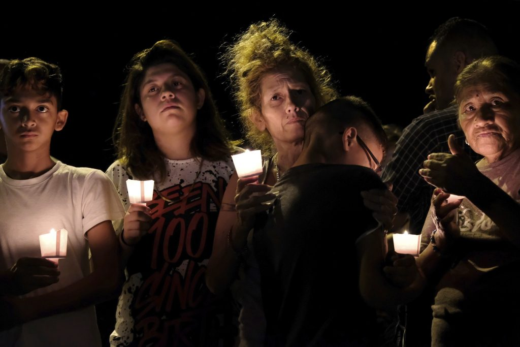 Borgere tænder lys for ofrene ved skyderiet i Sutherland Springs i Texas. (Foto: /ritzau/)