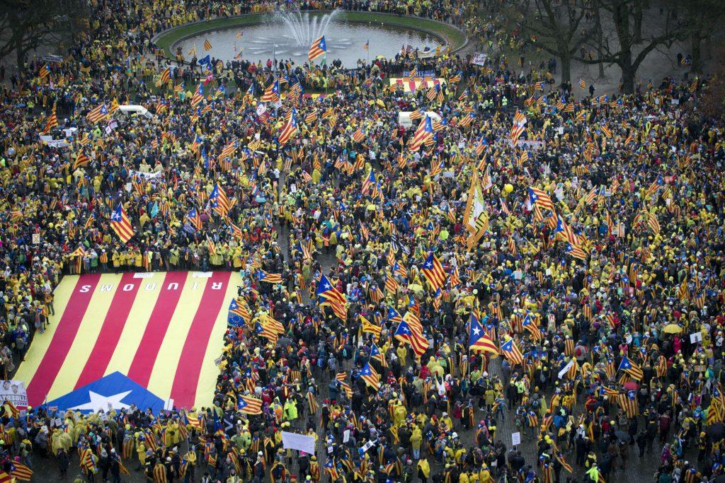 puigdemont, rajoy, regioner, historie, castillien, eu, demonstrationer, protest, valg, folkeafstemning, løsrivelse, franco, økonomi, bnp, penge, finanskrise, politivold, ulovligt, lovgivning, forfatning, spanien, catalonien, løsrivelse, selvstændighed, catalanere, spaniere, barcelona, madrid, centralregering, lokalregering, selvstyre, politik, indland, udland, eu