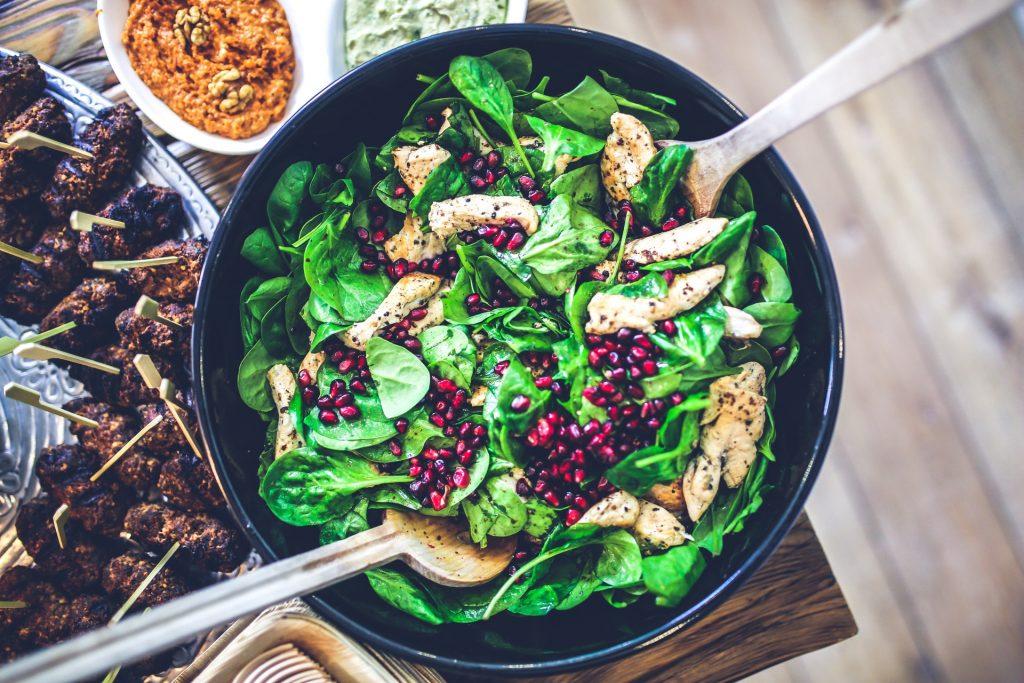 Kyllingerester kan bruges i en salat dagen efter. Husk at tænke over kombinationerne, når du laver en madplan. (Foto: Pexels)