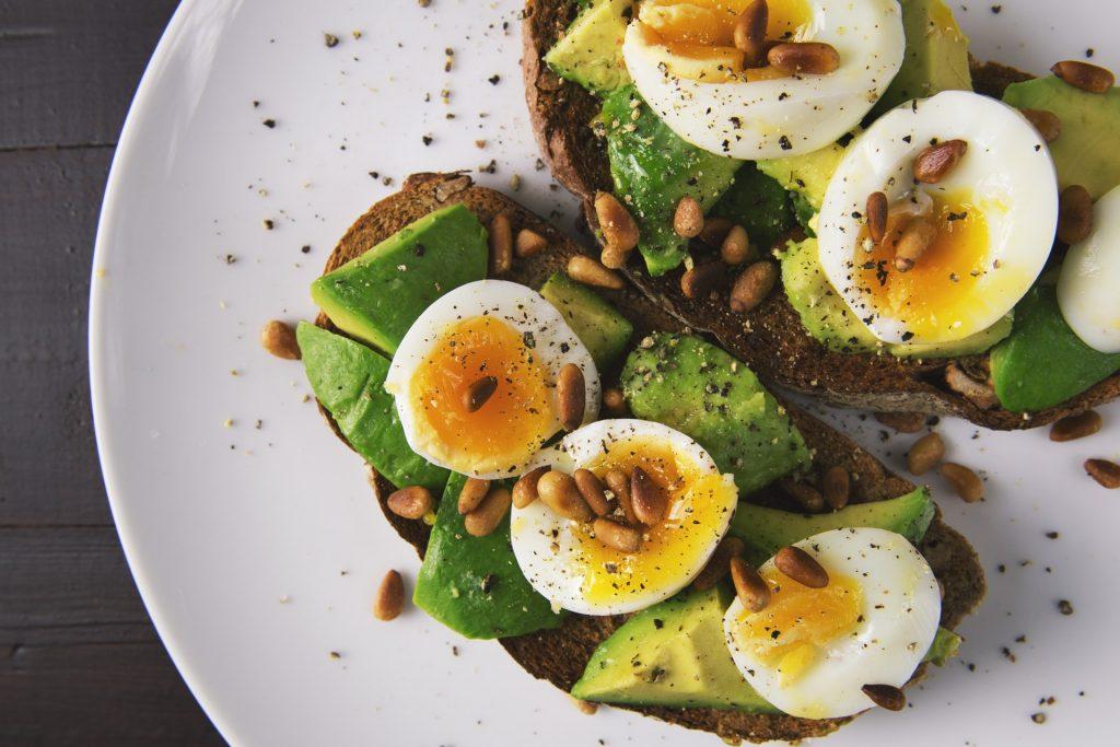 Æg, æggemad, avokado, avocado, frokost, rugbrød, smørrebrød, måltid, sund mad, madplan. (Foto: Pexels)