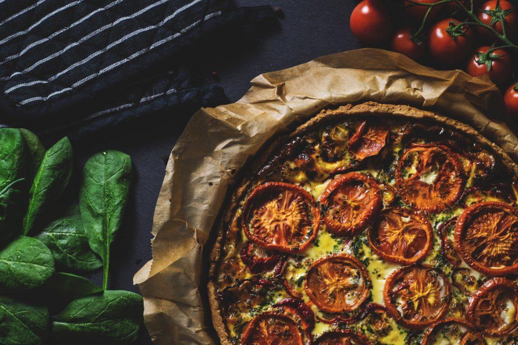 tomattærte, aftensmad, madplan, tærte, tomater, måltid, middag. (Foto: Pexels)