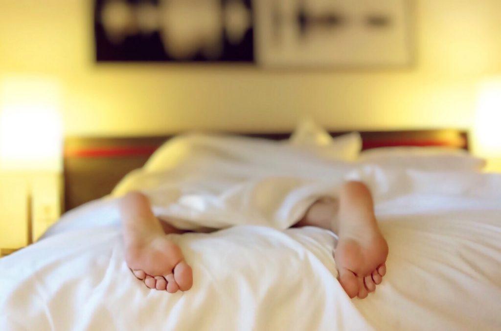 vækkeurs-app, vågne, vækkeur, app, seng, fødder, kvinde, morgen. Nu kan det være, det bliver endnu nemmere at stå op om morgenen. Det er da værd at håbe på. (Foto: Pexels)